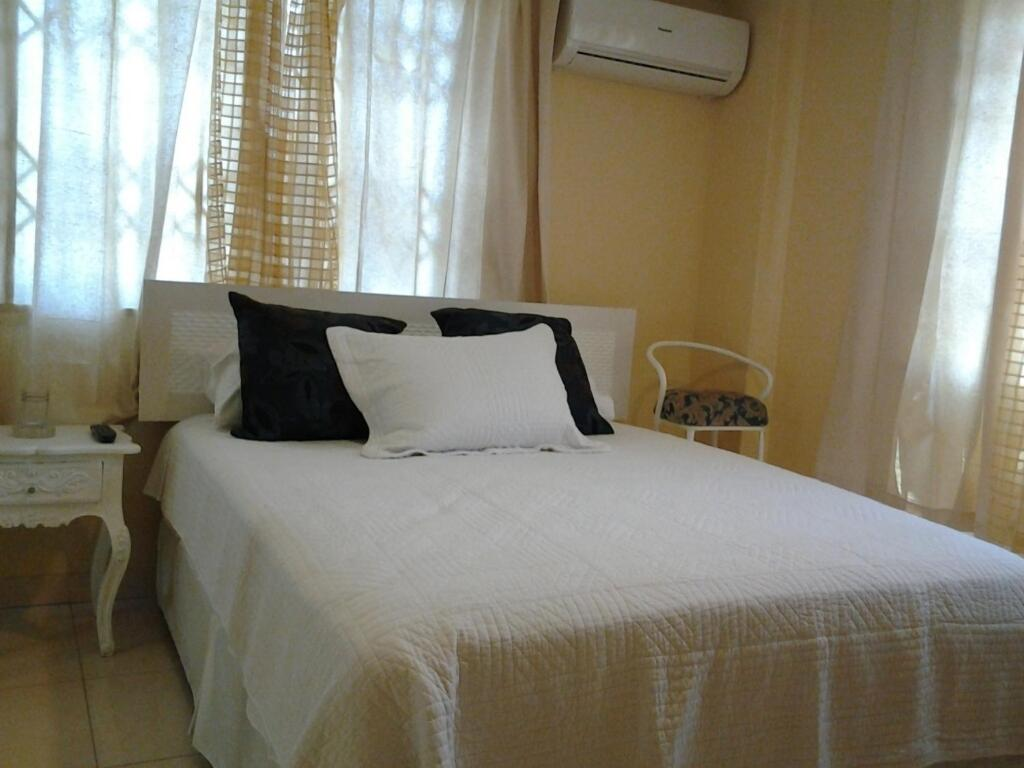 A bed or beds in a room at Suites La Rosa
