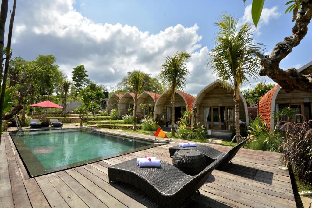 Het zwembad bij of vlak bij Kompyang Cottage