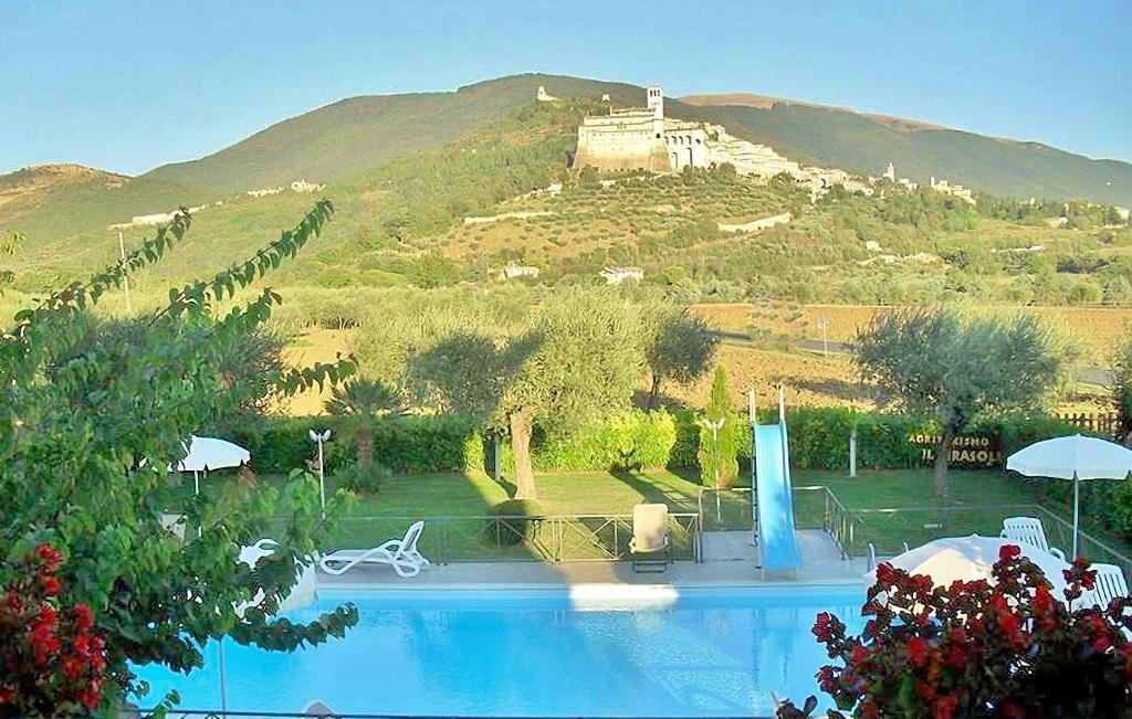 Бассейн в Agriturismo Il Girasole Assisi или поблизости