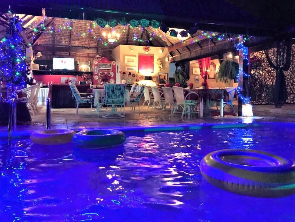 A piscina localizada em Suítes Veneza ou nos arredores