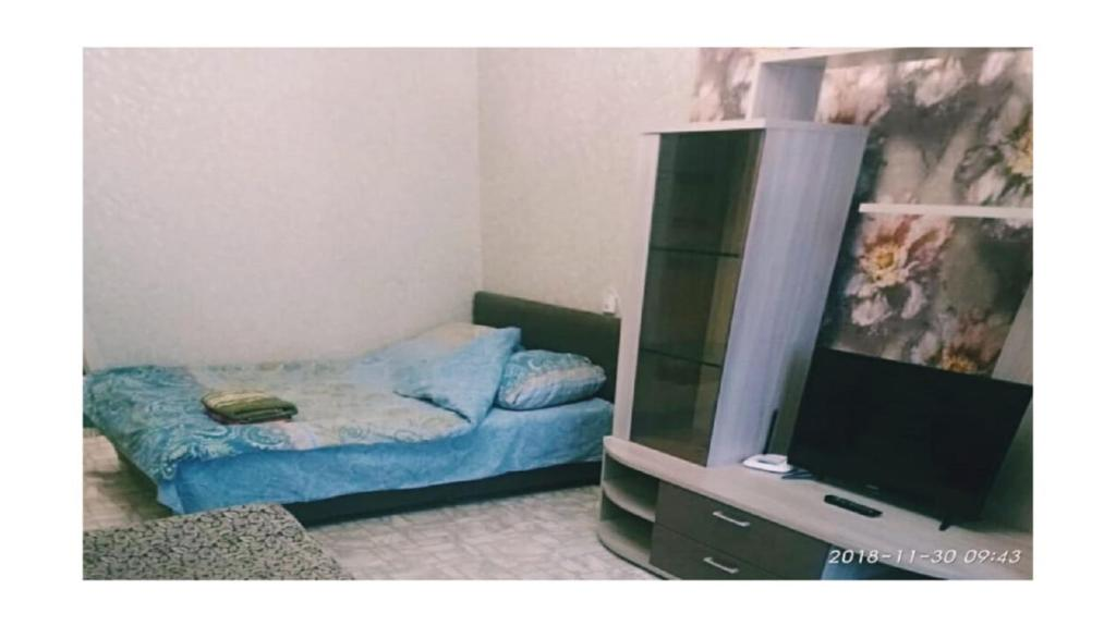 A bed or beds in a room at Авантадом Апартаменты по Хабарова, 23/2, twin