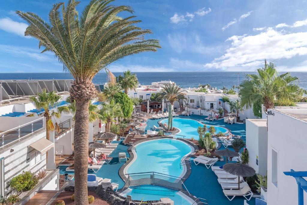 Uitzicht op het zwembad bij Apartamentos Parque Tropical en Lanzarote of in de buurt