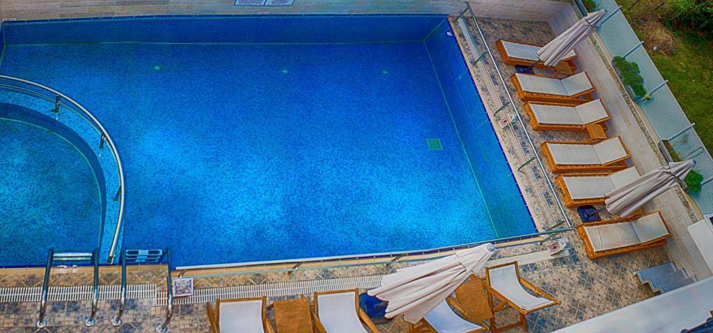 Vista sulla piscina di Anthena Studios o su una piscina nei dintorni