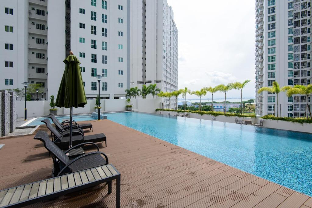 The swimming pool at or close to Straits Garden Suites, Georgetown