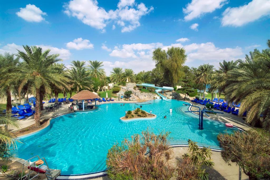 Uitzicht op het zwembad bij Radisson Blu Hotel & Resort, Al Ain of in de buurt