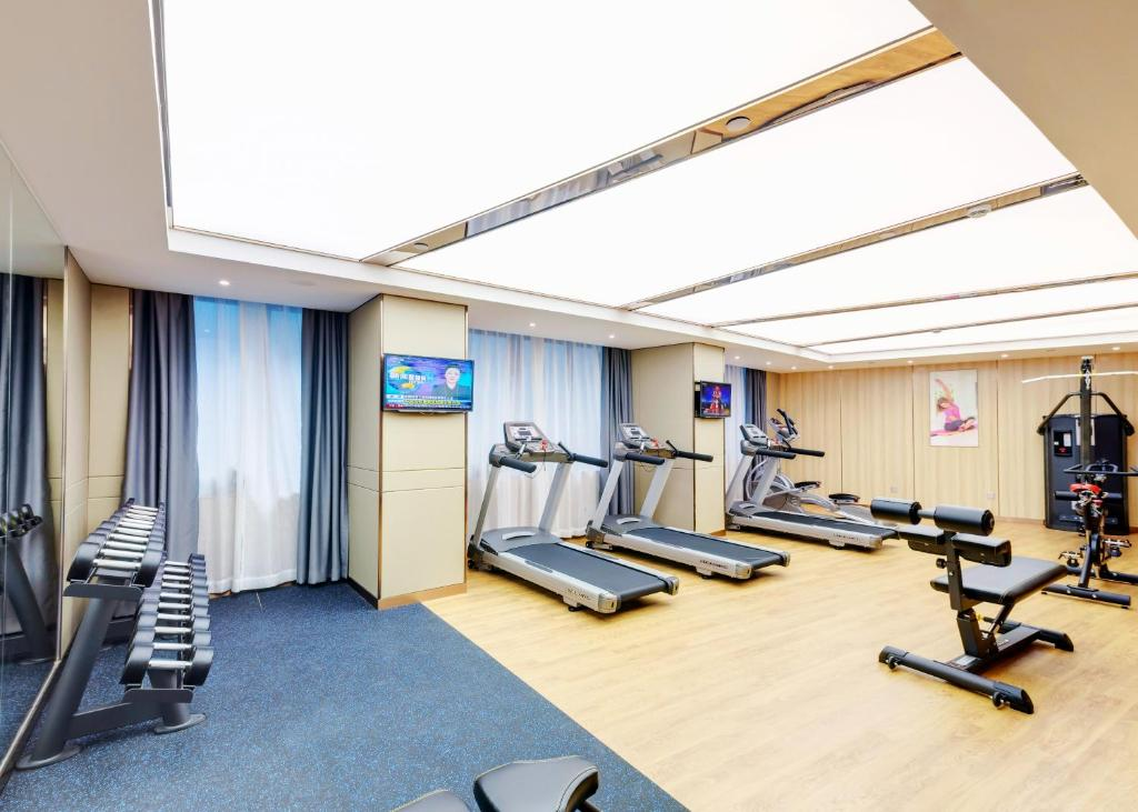 The fitness centre and/or fitness facilities at Ocean Hotel