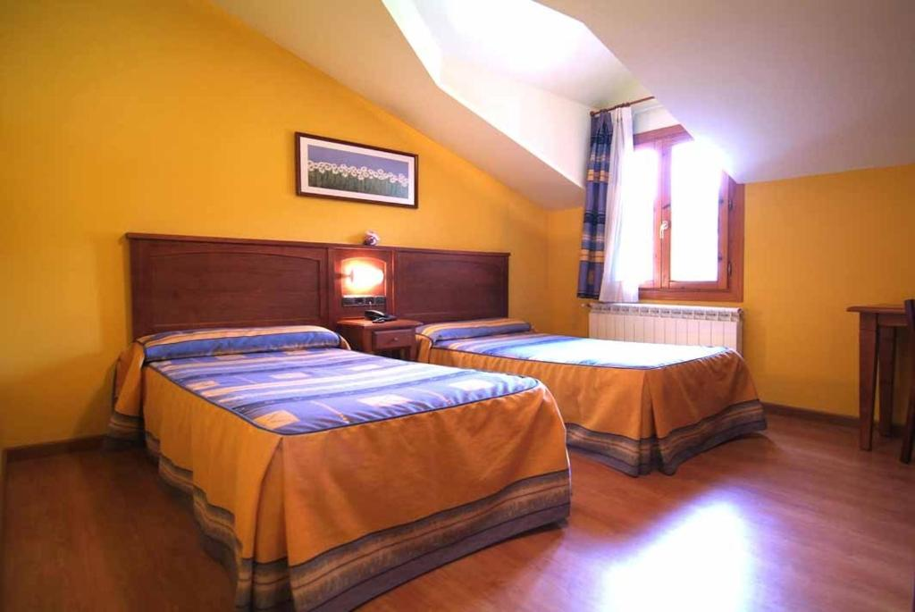 A bed or beds in a room at Hotel Gomar