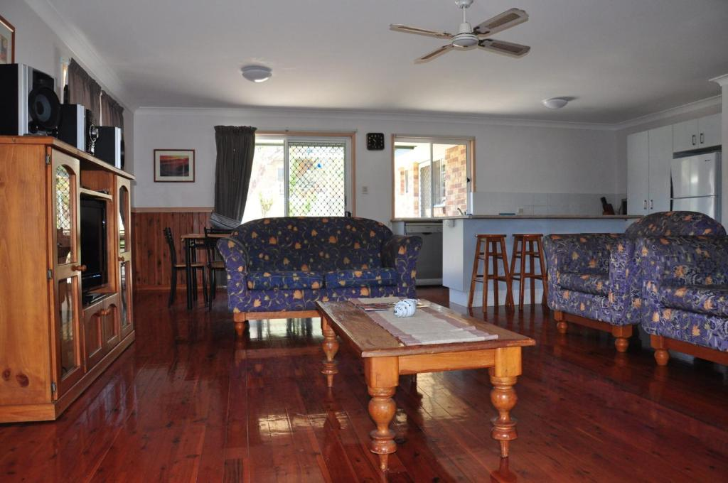 A seating area at 23 Carlo Road - Lowset family home within walking distance to the shopping centre. Pet friendly