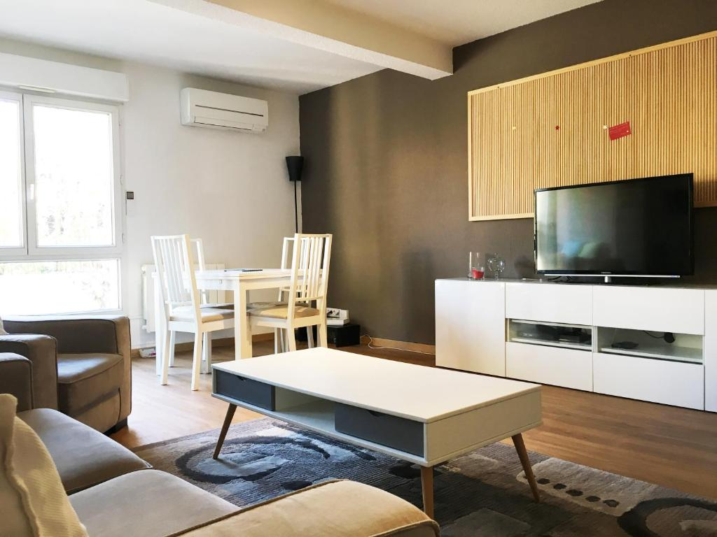 A television and/or entertainment centre at Mélanie Marseille