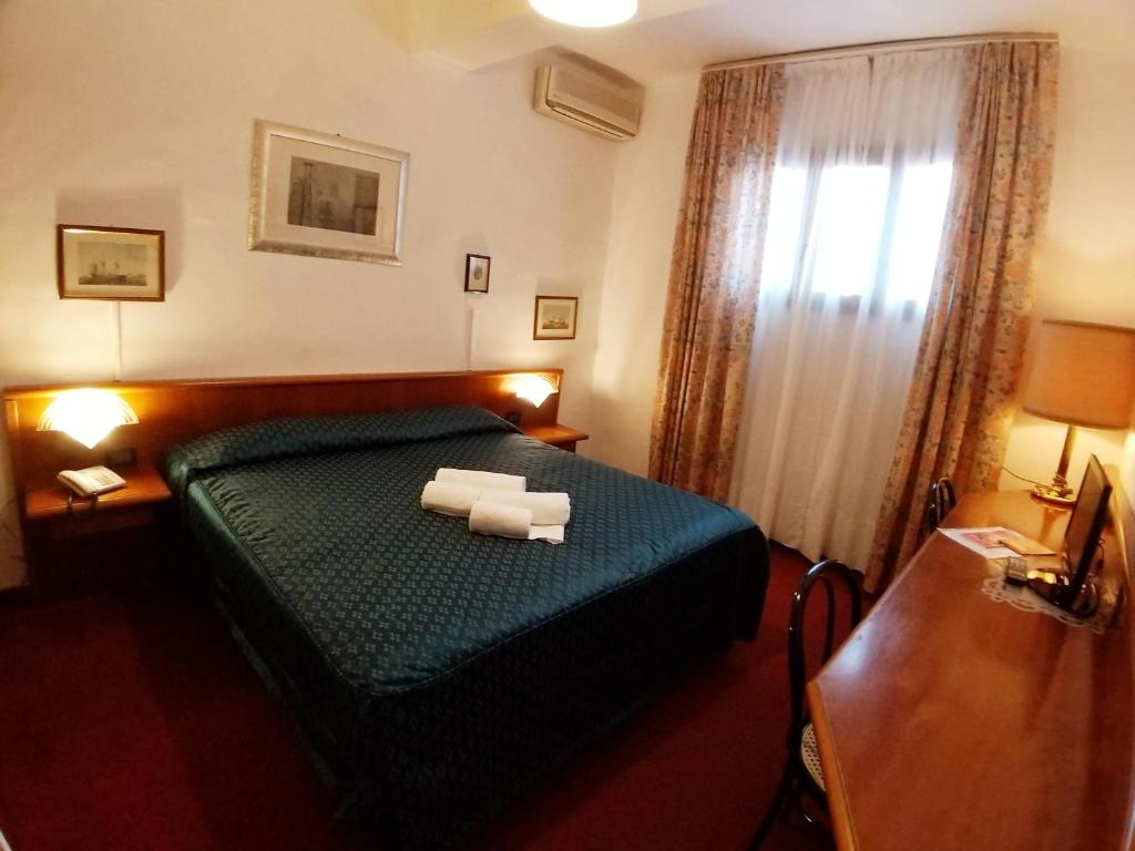 A bed or beds in a room at Hotel Enza