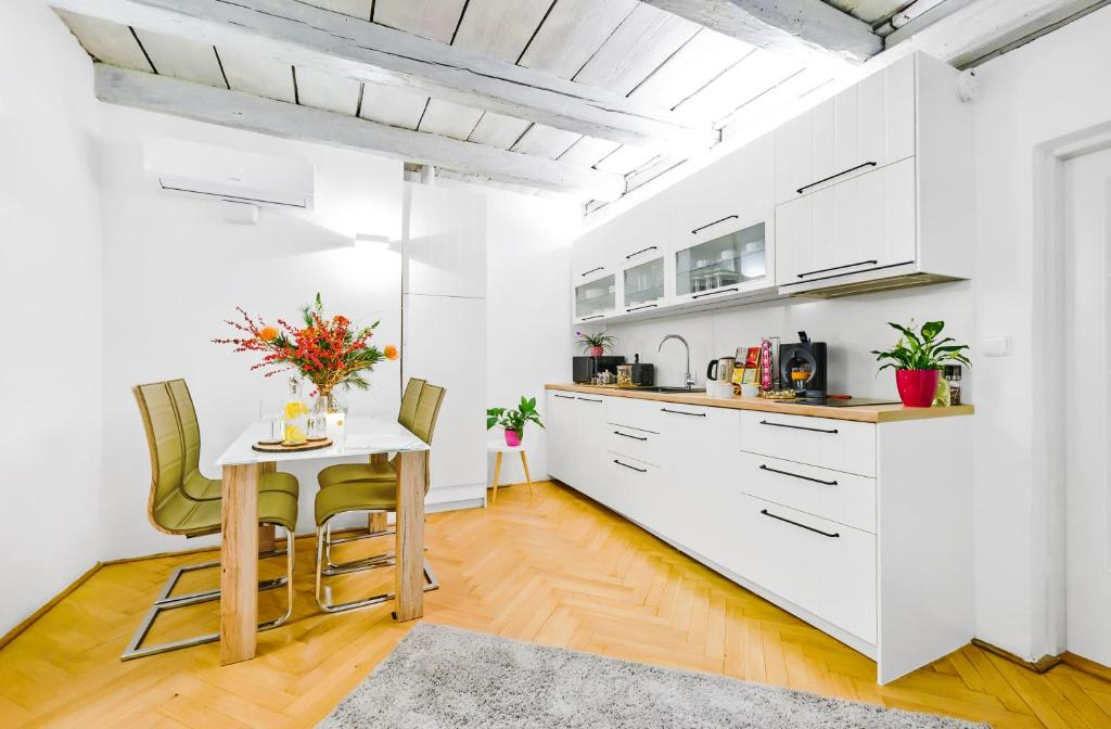 A kitchen or kitchenette at Royal Route Residence