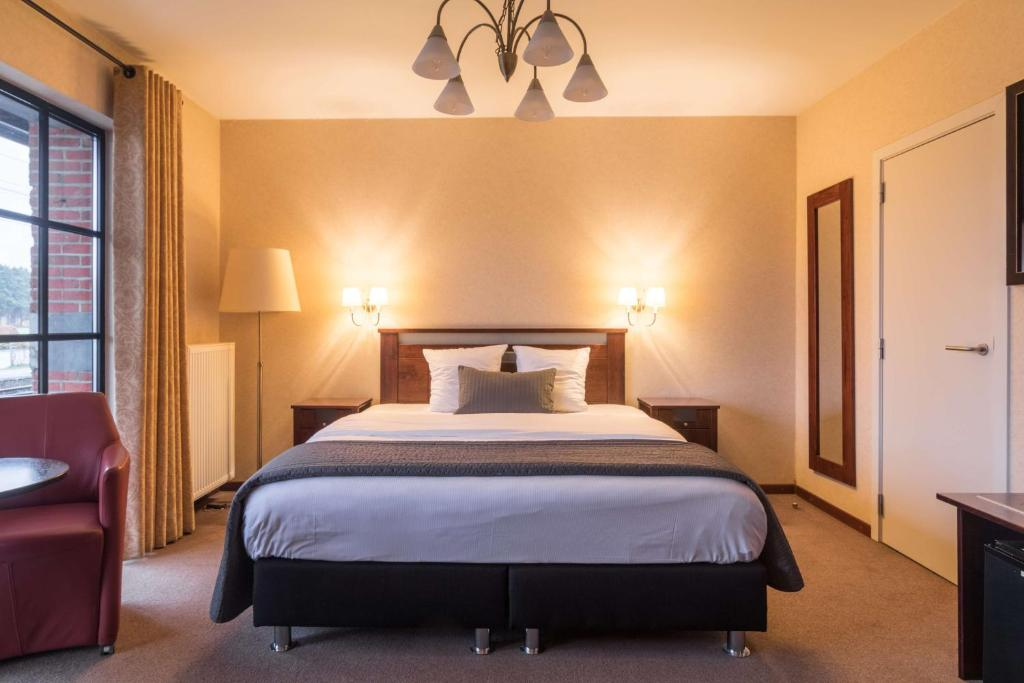 A bed or beds in a room at Turnhout City Hotel