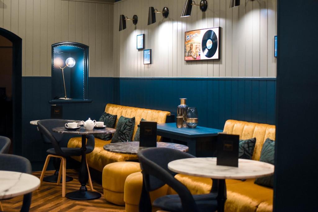 Un restaurante o sitio para comer en Dansaert Hotel
