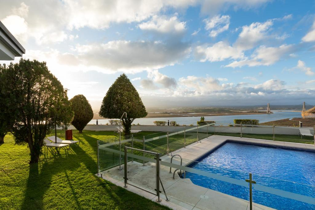 The swimming pool at or near Parador de Ayamonte