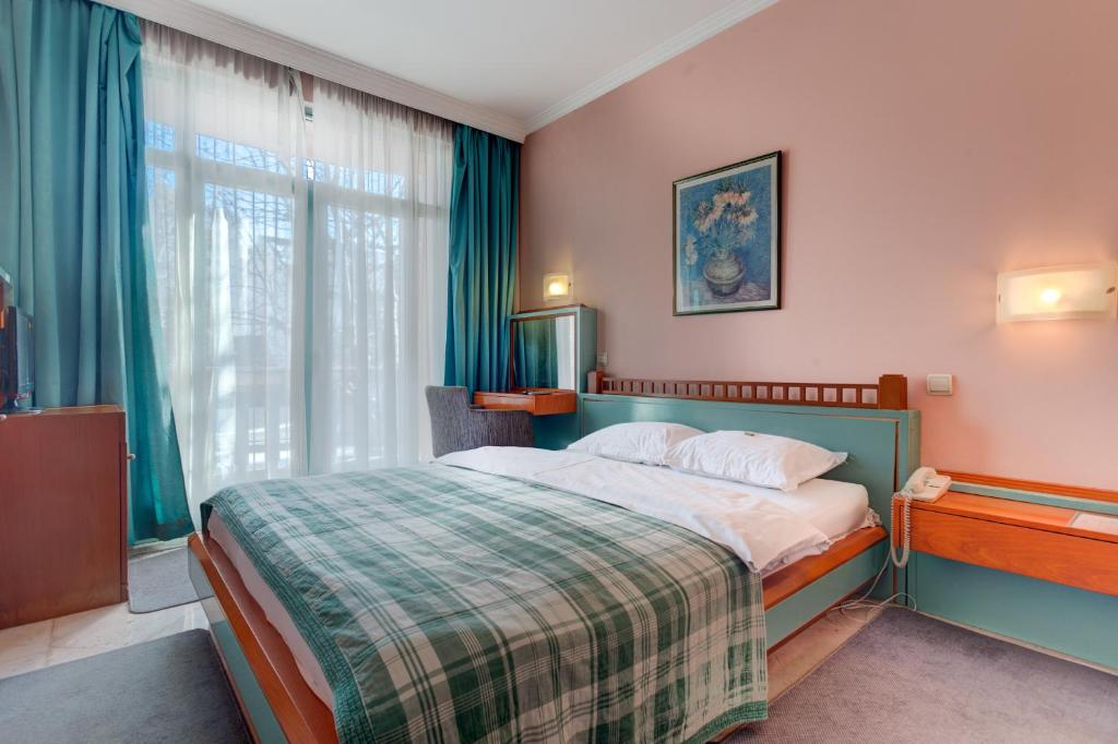 A bed or beds in a room at Hotel Eminent