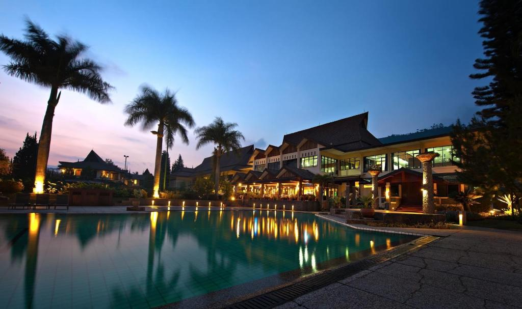 The swimming pool at or near Puteri Gunung Hotel