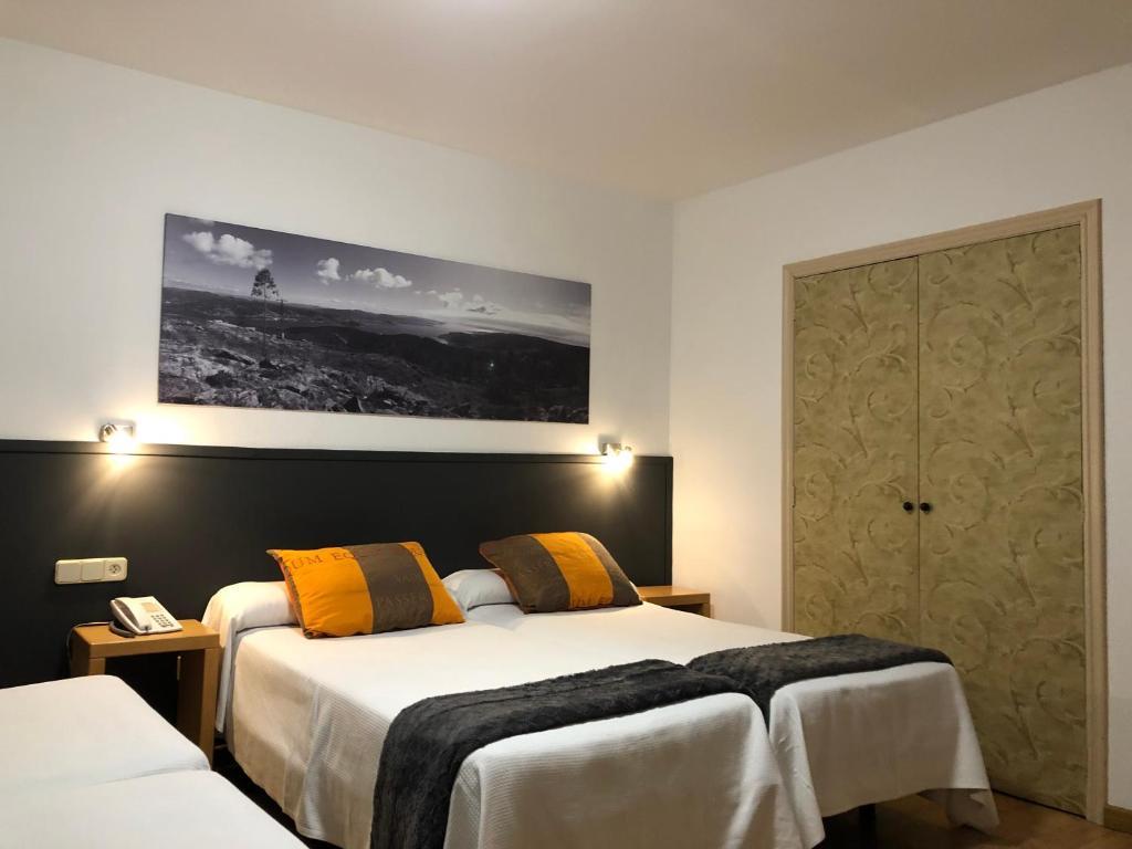 A bed or beds in a room at Hotel del Mar Vigo