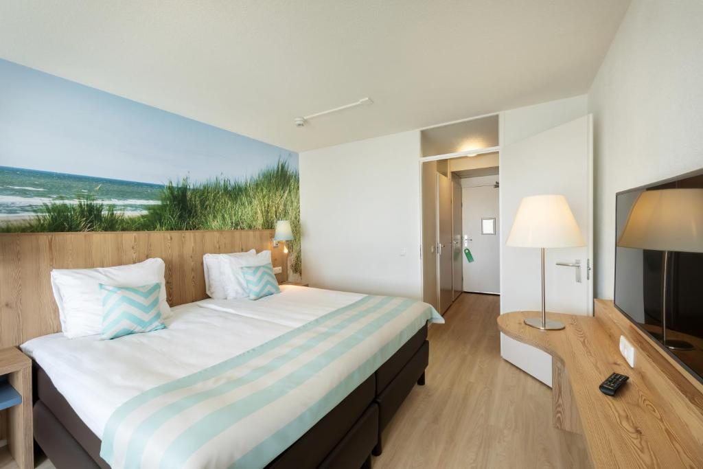 Een bed of bedden in een kamer bij Beachhotel Zandvoort by Center Parcs