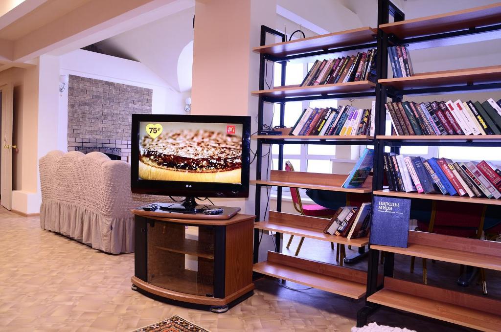 Телевизор и/или развлекательный центр в Аренда комнат Ермак