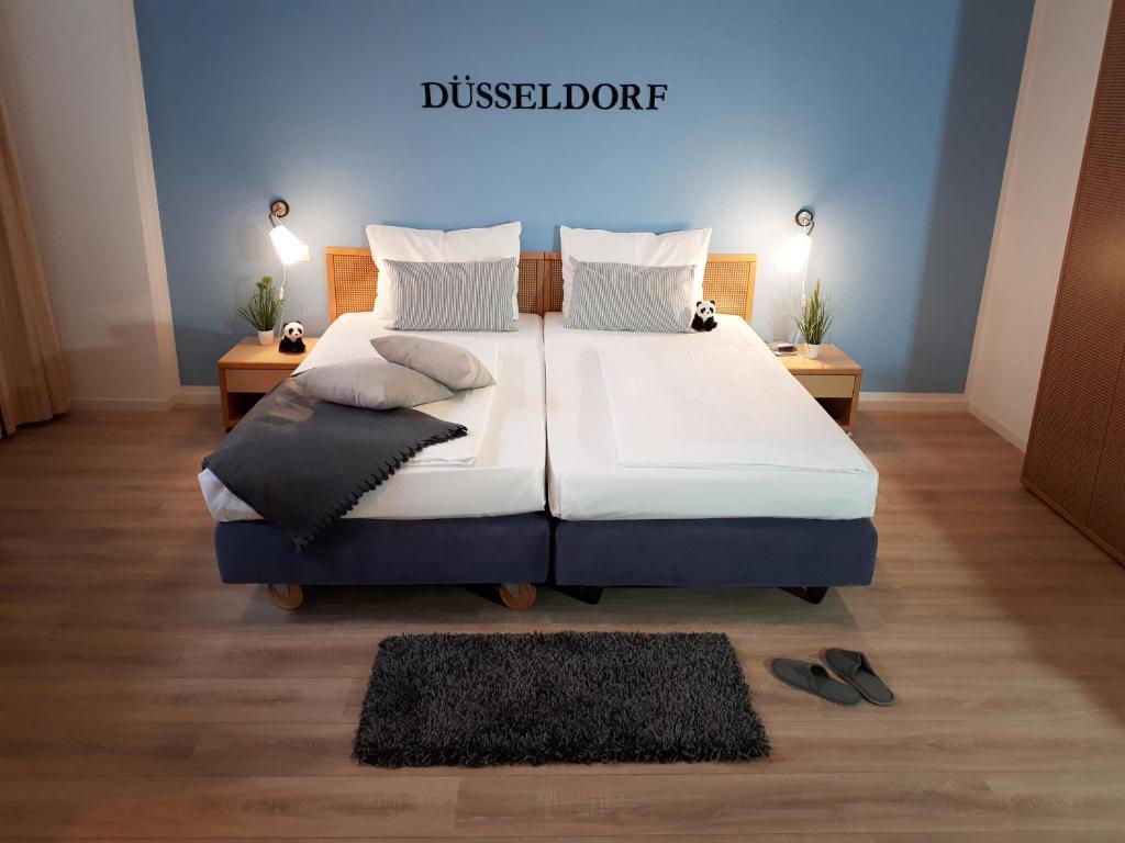 Ein Bett oder Betten in einem Zimmer der Unterkunft KEMPE Komfort Hotel