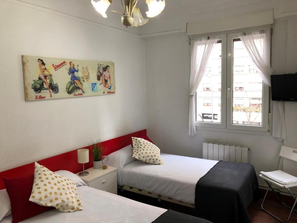 A bed or beds in a room at Pensión Arias