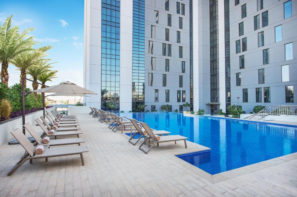 Бассейн в Hampton By Hilton Dubai Airport или поблизости