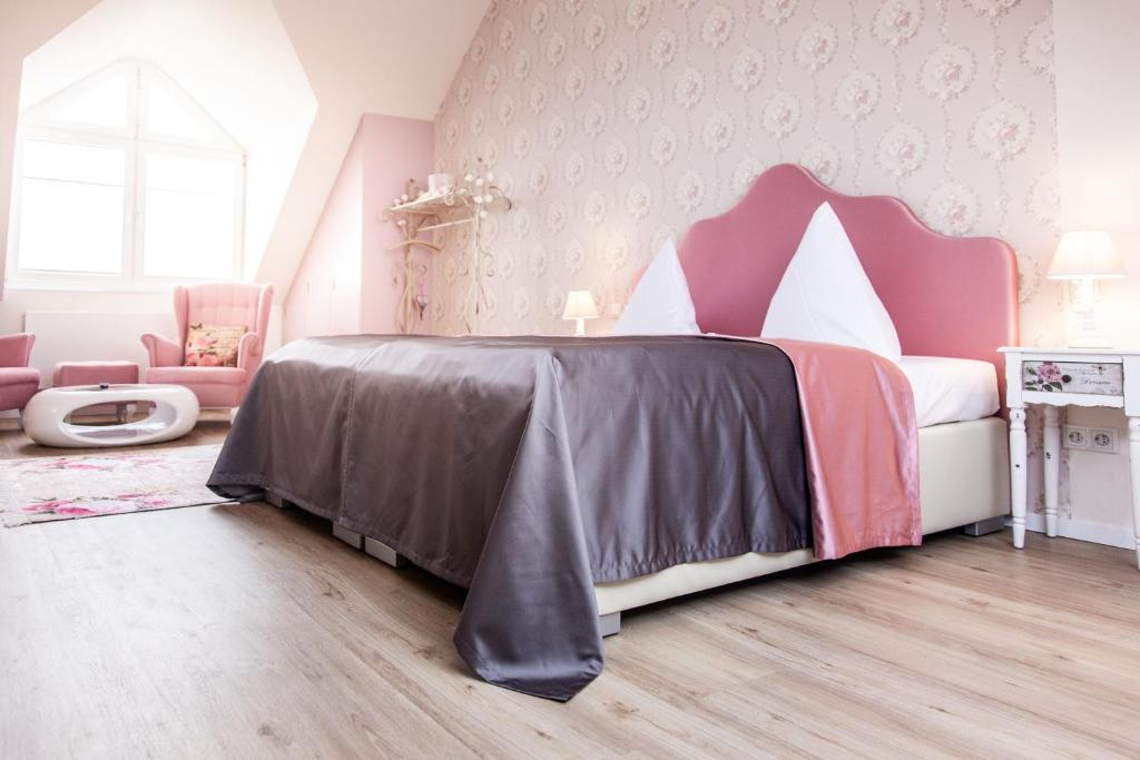 A bed or beds in a room at Hotel Wulff