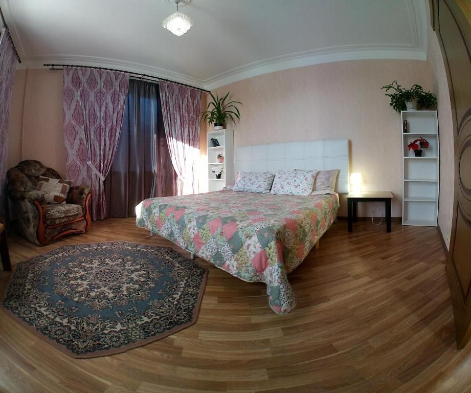 Кровать или кровати в номере Двухкомнатные апартаменты на Московской