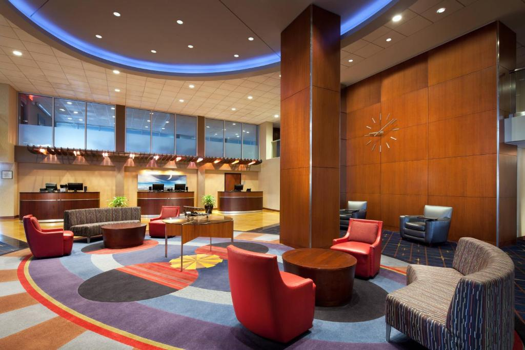 The lounge or bar area at Sheraton Cleveland Airport Hotel