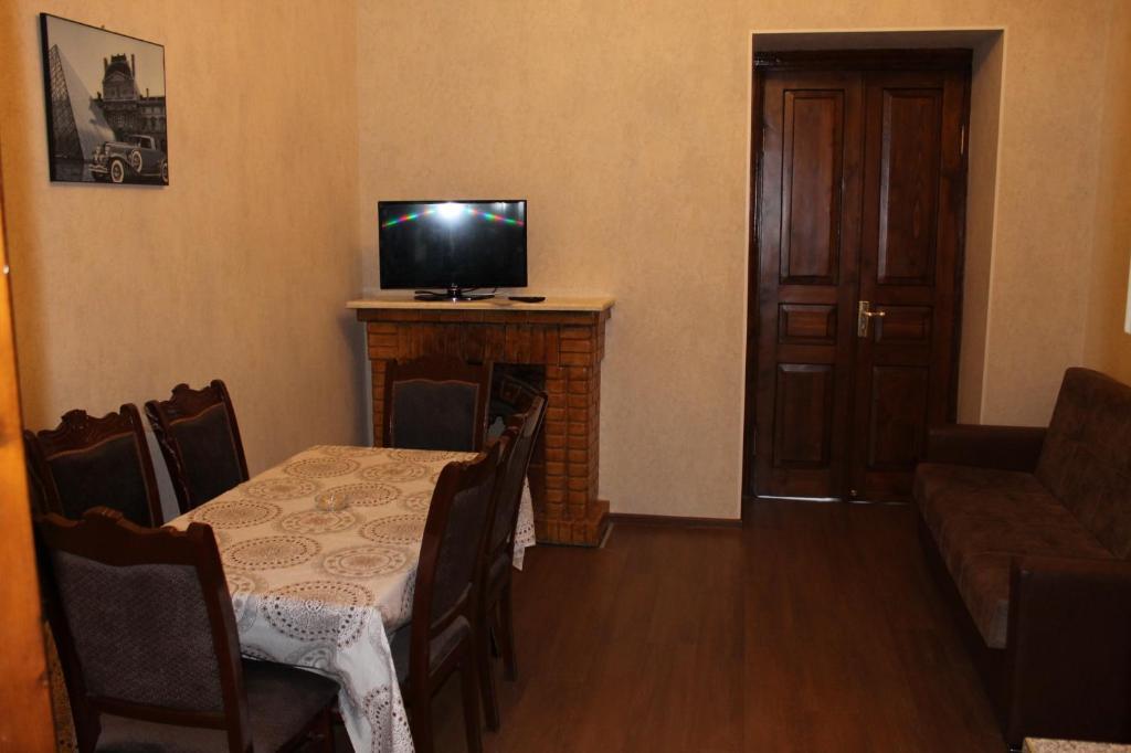 Uma TV ou centro de entretenimento em 28 mall apartament