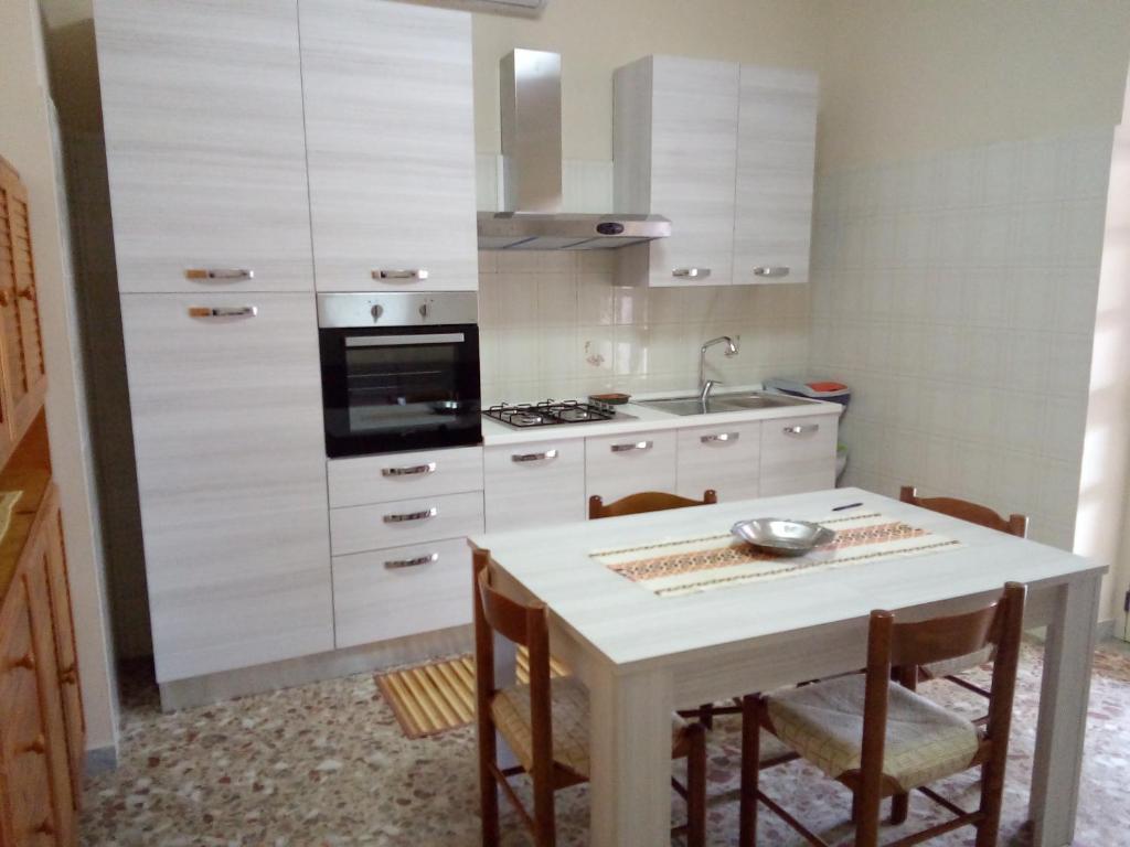 A kitchen or kitchenette at Casa di Jerry Castellabate 2