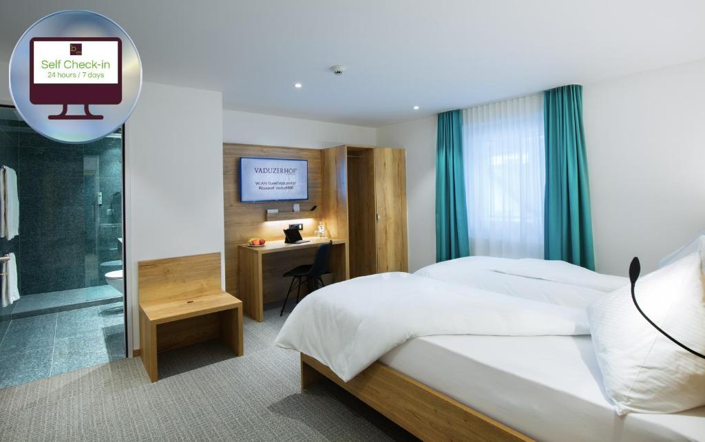 Кровать или кровати в номере Hotel Vaduzerhof by b_smart