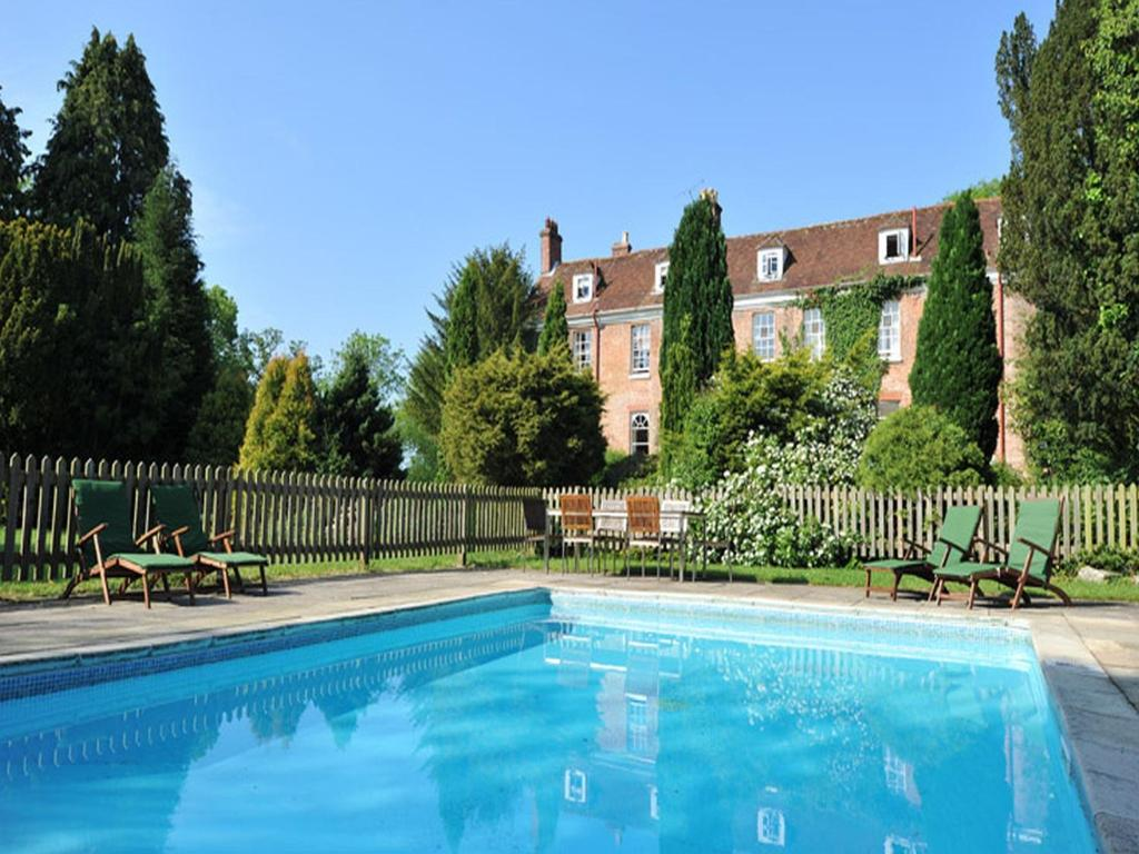 The swimming pool at or near New Park Manor Hotel & Bath House Spa