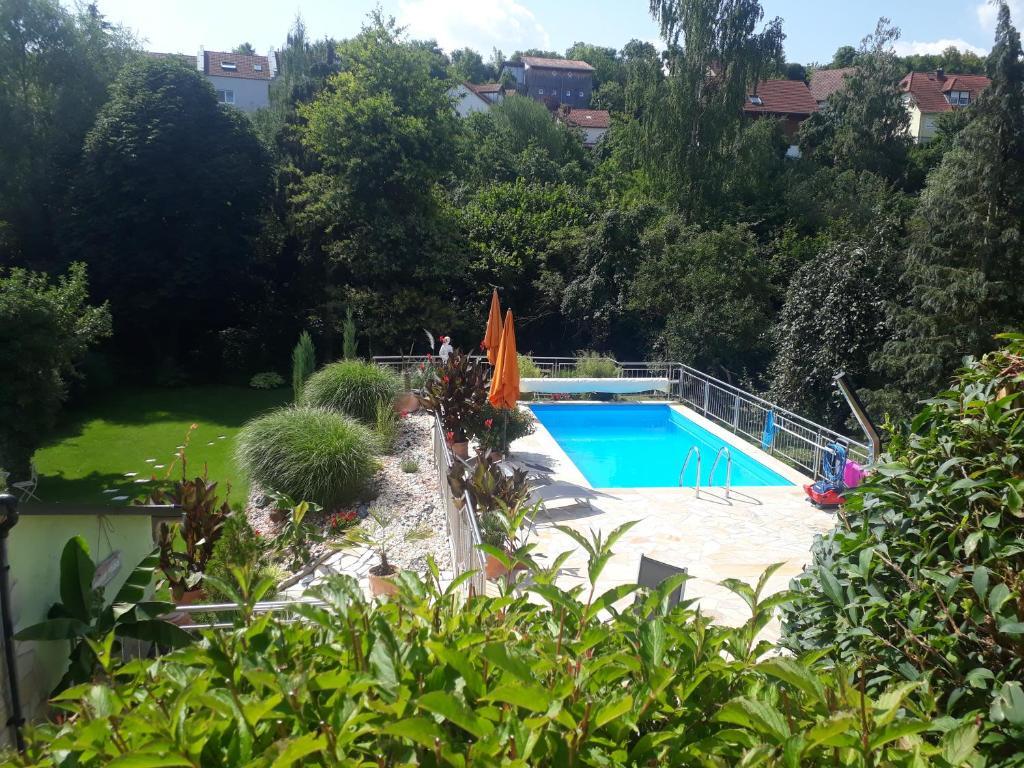Der Swimmingpool an oder in der Nähe von Pension am Weinberg Bed & Breakfest