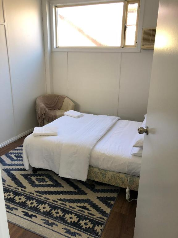 A bed or beds in a room at Broadway Apartment