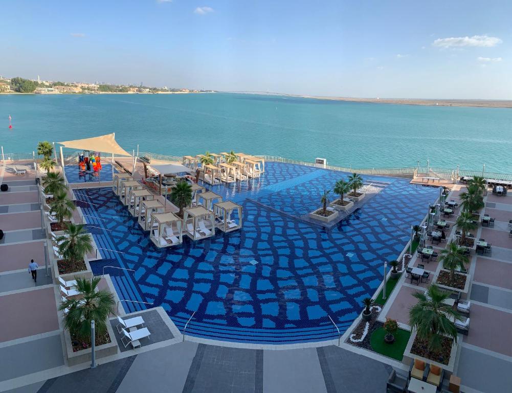 منظر المسبح في فندق ومنتجع رويال ام ابوظبي  او بالجوار