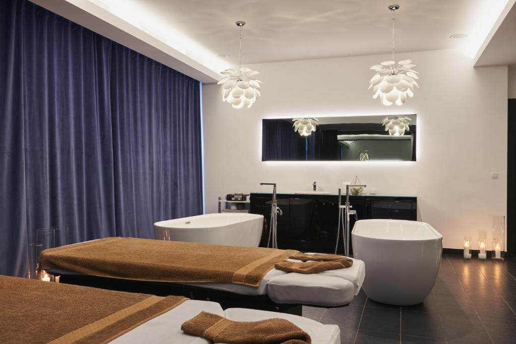A bathroom at Grand Nosalowy Dwór