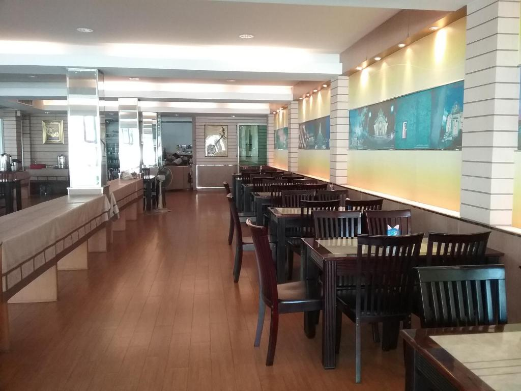 A restaurant or other place to eat at Kaen Nakorn Hotel