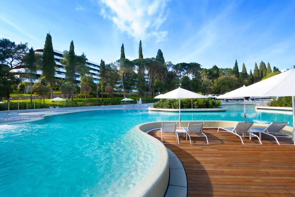 Het zwembad bij of vlak bij Hotel Eden