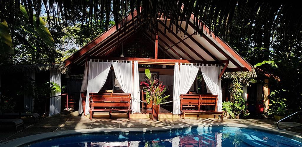 Het zwembad bij of vlak bij Namuwoki Lodge