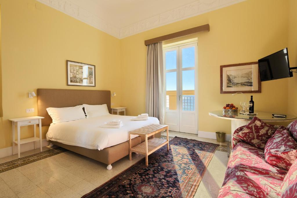 A bed or beds in a room at La Giulietta - Penthouse
