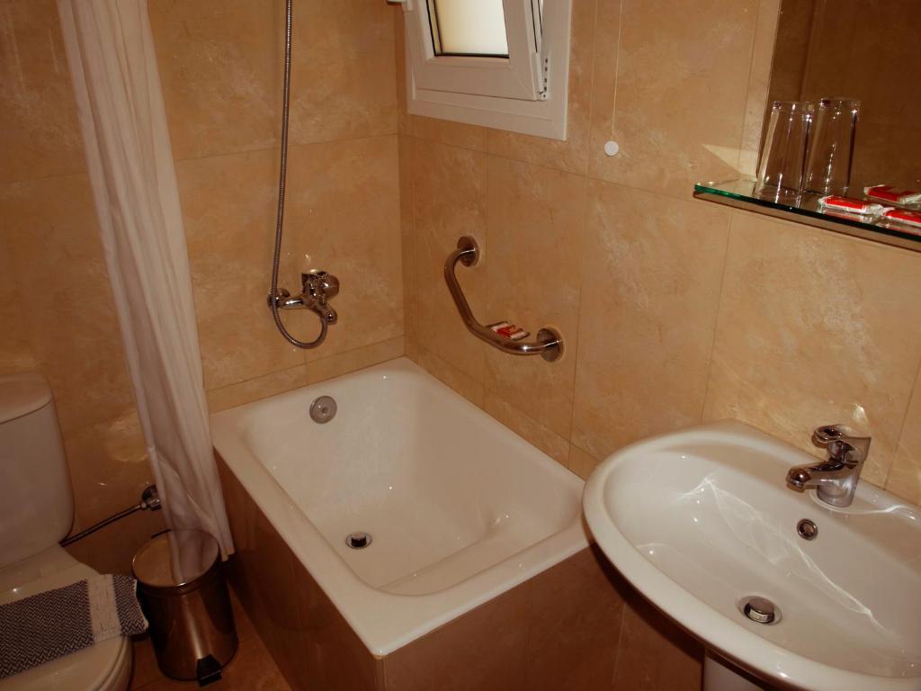 A bathroom at Kissamos Hotel