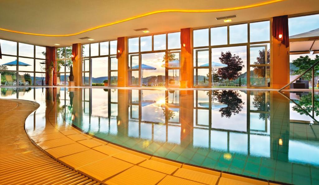 Der Swimmingpool an oder in der Nähe von Hotel Stenitzer