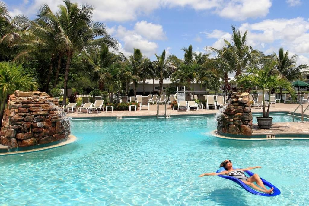 The swimming pool at or near GreenLinks Golf Villas at Lely Resort