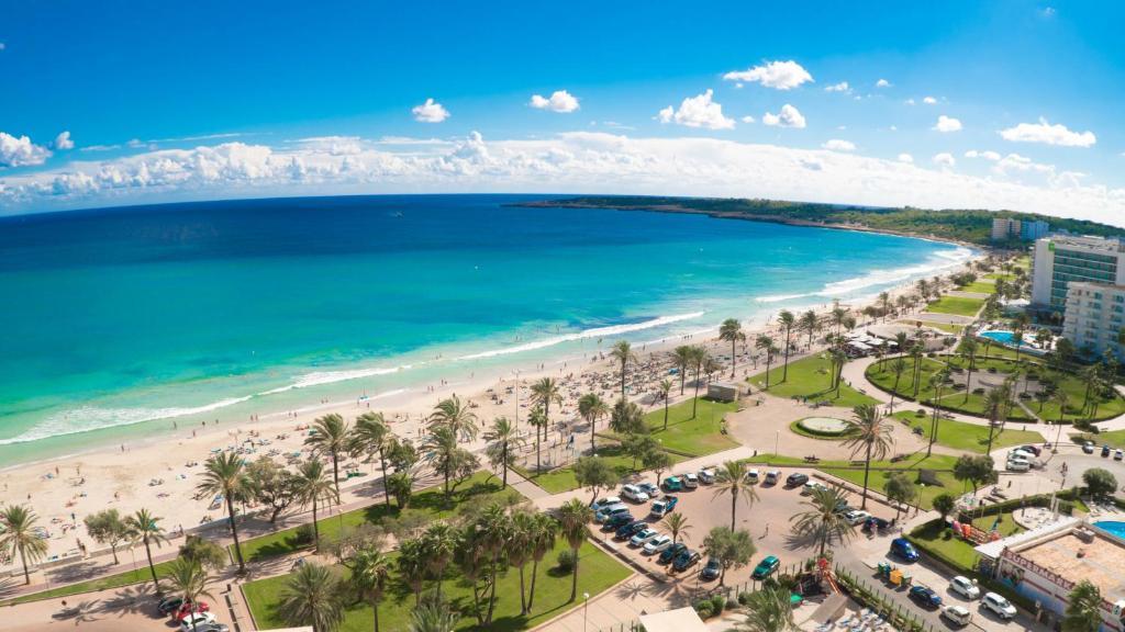 Een luchtfoto van CM Castell de Mar