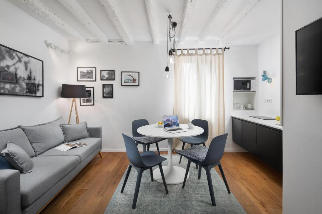 A seating area at Old Town Rovinj Apartments by Irundo