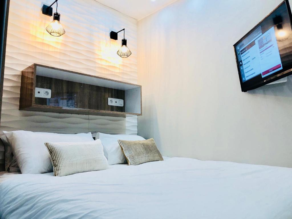 A bed or beds in a room at Chambre Love Luxe Monaco