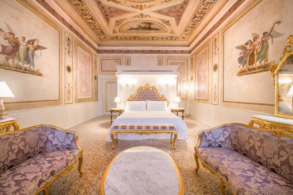 A bed or beds in a room at Ca' Bonfadini Historic Experience