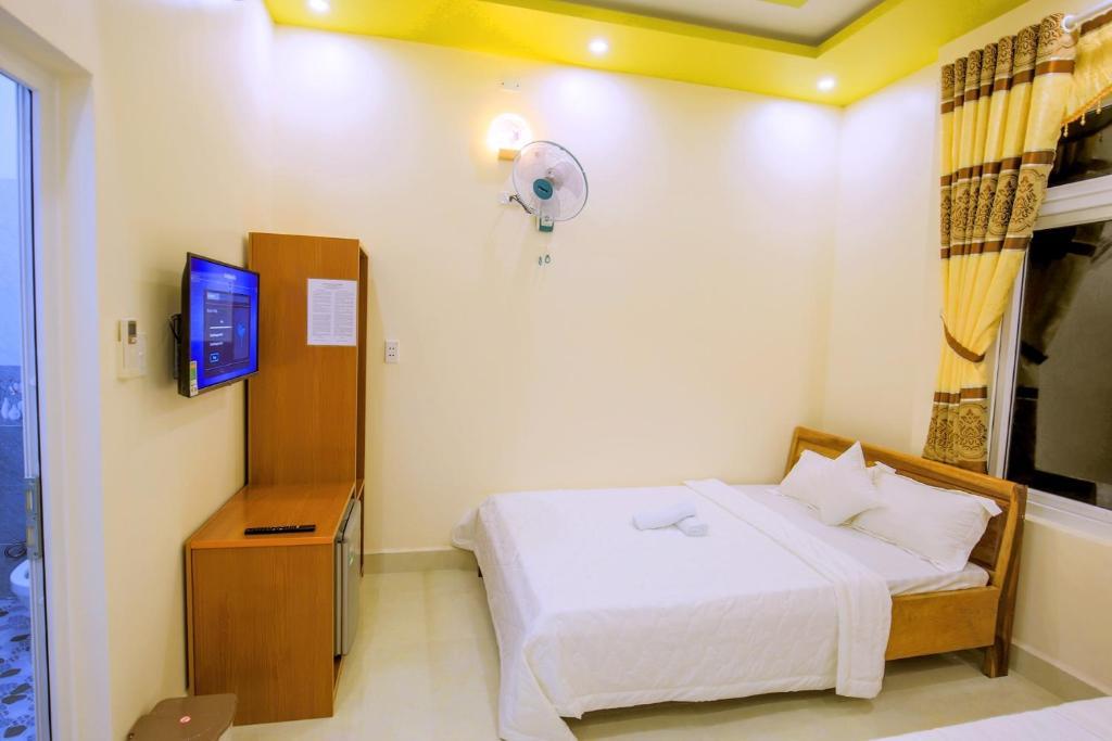 A bed or beds in a room at KHÁCH SẠN GIA THỊNH LÝ SƠN
