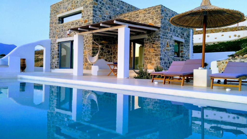 Poolen vid eller i närheten av Stelani Villas & Suites